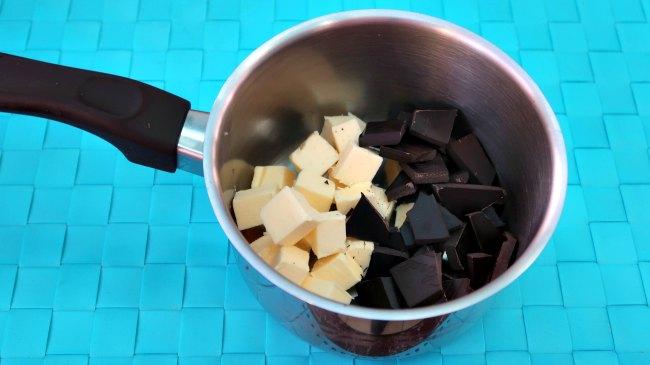 Chocolate y mantequilla en una cacerola.