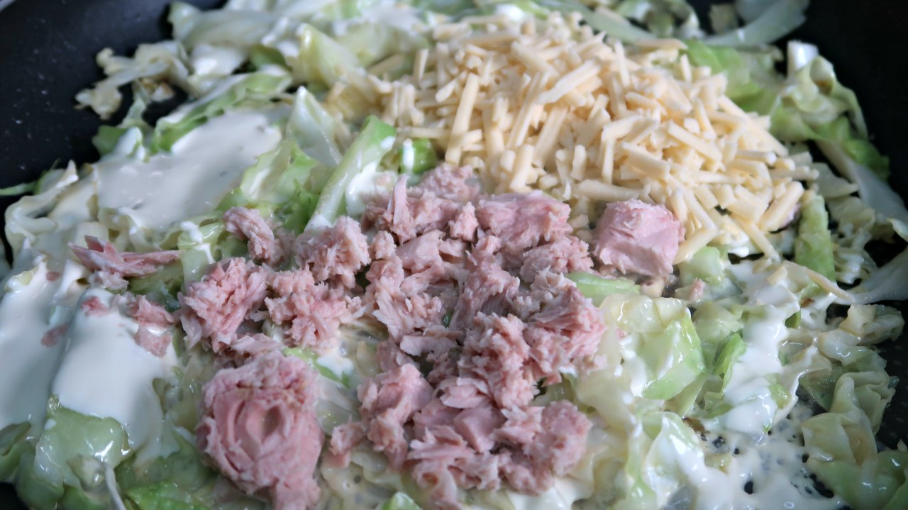 Cabbage noodles topped with tuna and cheese