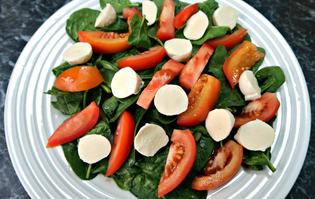 Tomato & Bocconcini Salad Recipe - easy low carb appetizer salads with tomato, bocconcini, olive oil and other keto diet friendly salad ingredients.