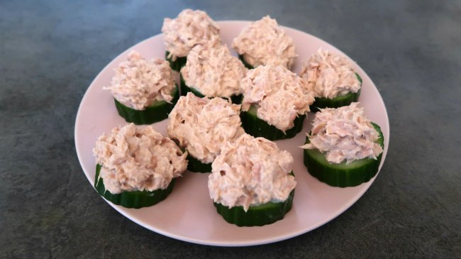 Tuna topped cucumber - low carb high protein snack idea