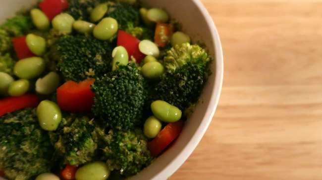 Easy vegetarian salad with vegan pesto, broccoli and peppers