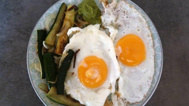 Assiette de petit-déjeuner avec œufs au plat et légumes
