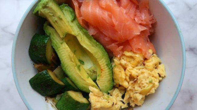 Bol petit-déjeuner céto faible en glucides avec légumes, avocat, saumon fumé et œufs brouillés